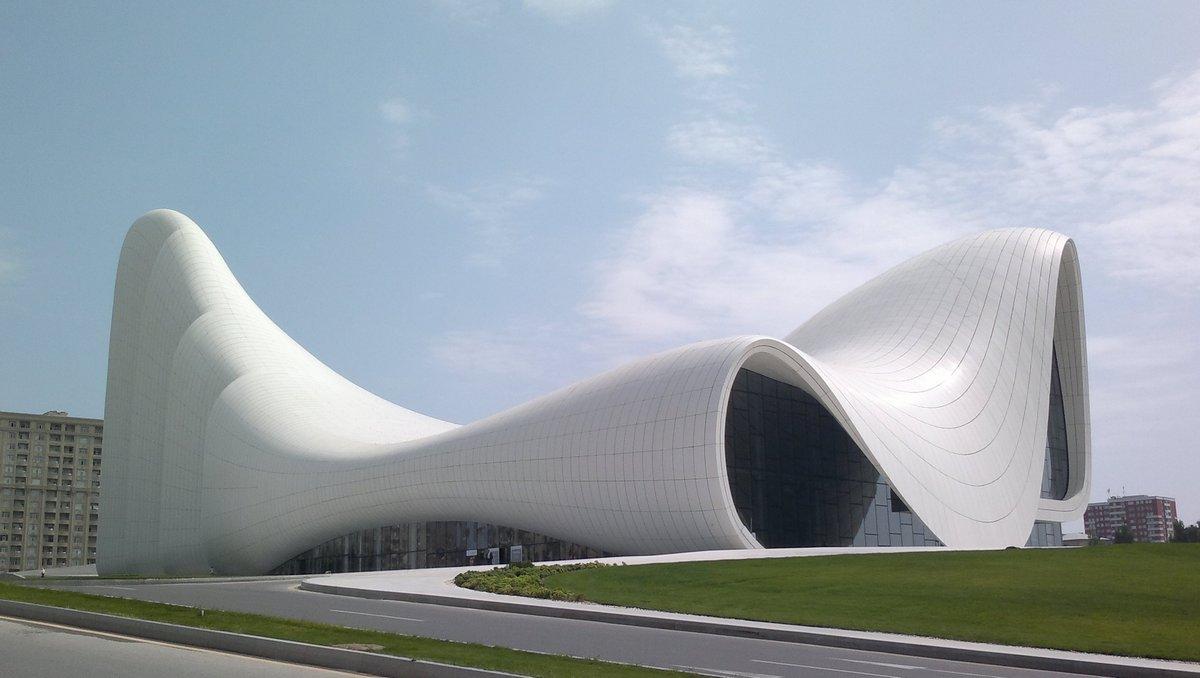 Культурный центр Гейдара Алиева в Баку, Азербайджан. Комплексное сооружение, включащее аудиториум (конгресс-центр), музей, выставочные залы, административные офисы