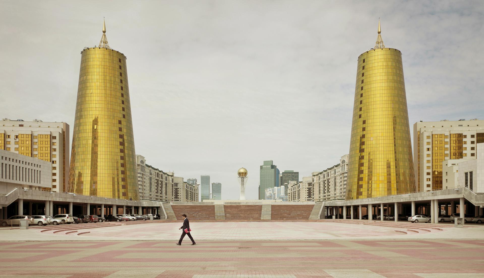 Золотые башни Дома министерств в Астане, 1998 год. Башни получили в народе название «пивные банки».