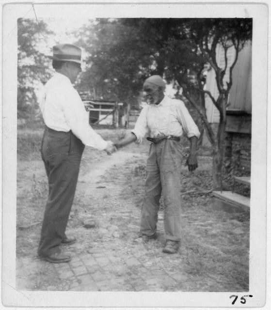 Джон Ломакс пожимает руку музыканту из Алабамы — «Дяде» Ричу Брауну (Uncle Rich Brown, 1940)
