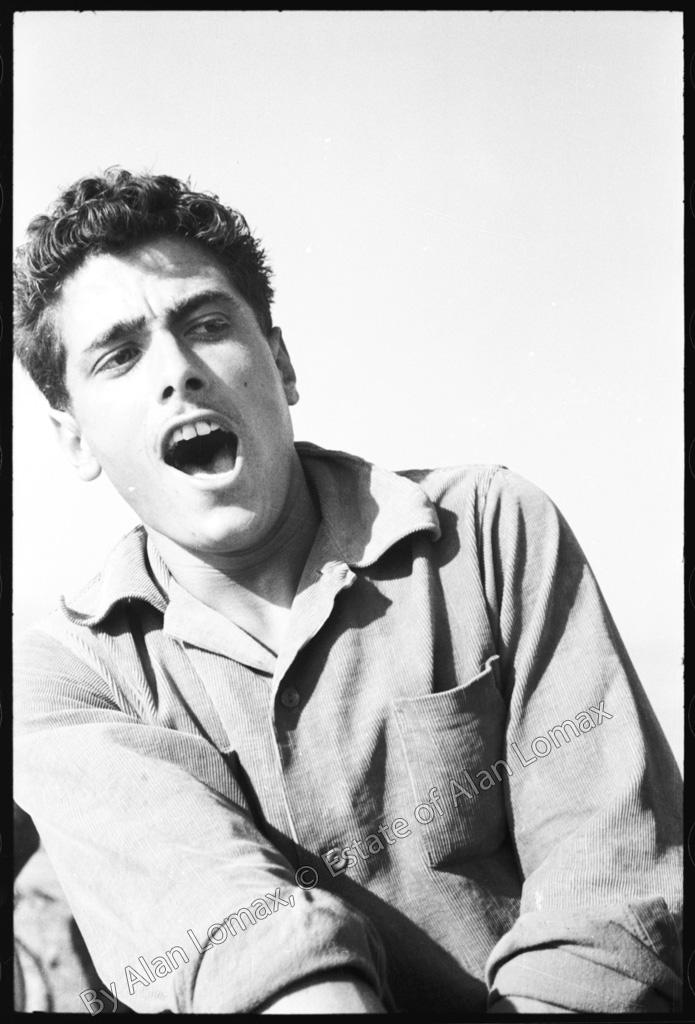 Ловец тунца поёт во время вытаскивания рыболовной сети (Италия, 1954)