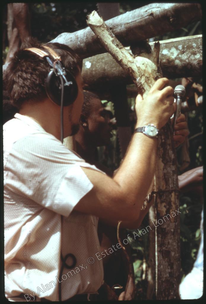 Ломакс со звукозаписывающим оборудованием в яме для распилки брёвен (Доминика, 1962)