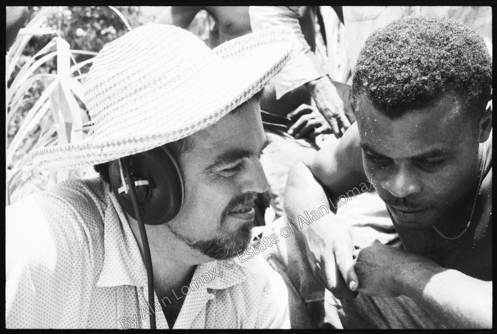 Алан Ломакс слушает записанную песню вместе с исполнителем (Доминика, 1962)