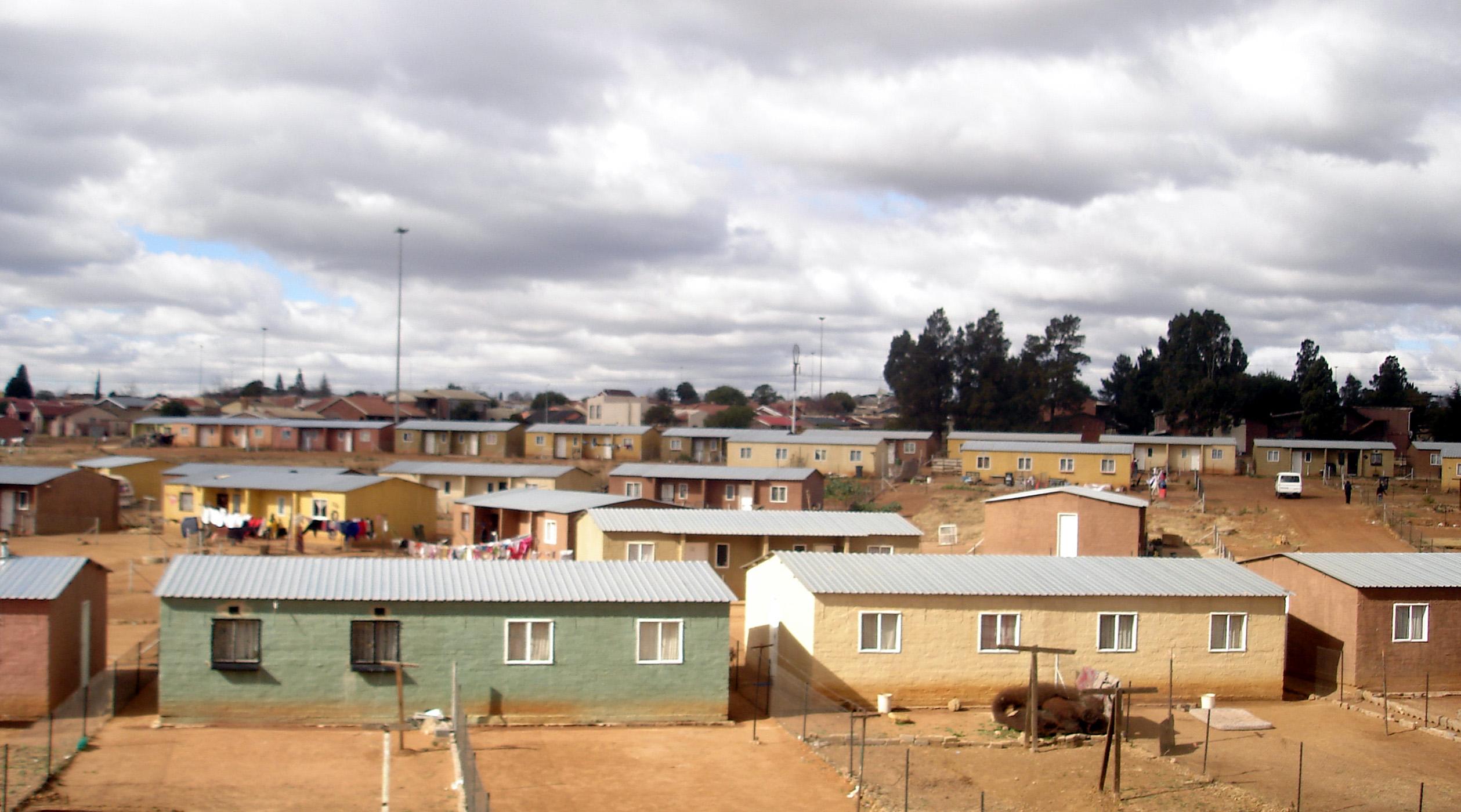 Дома, построенные по Программе реконструкции и развития (RDP Houses), в Соуэто — группе поселений на юго-западной окраине Йоханнесбурга