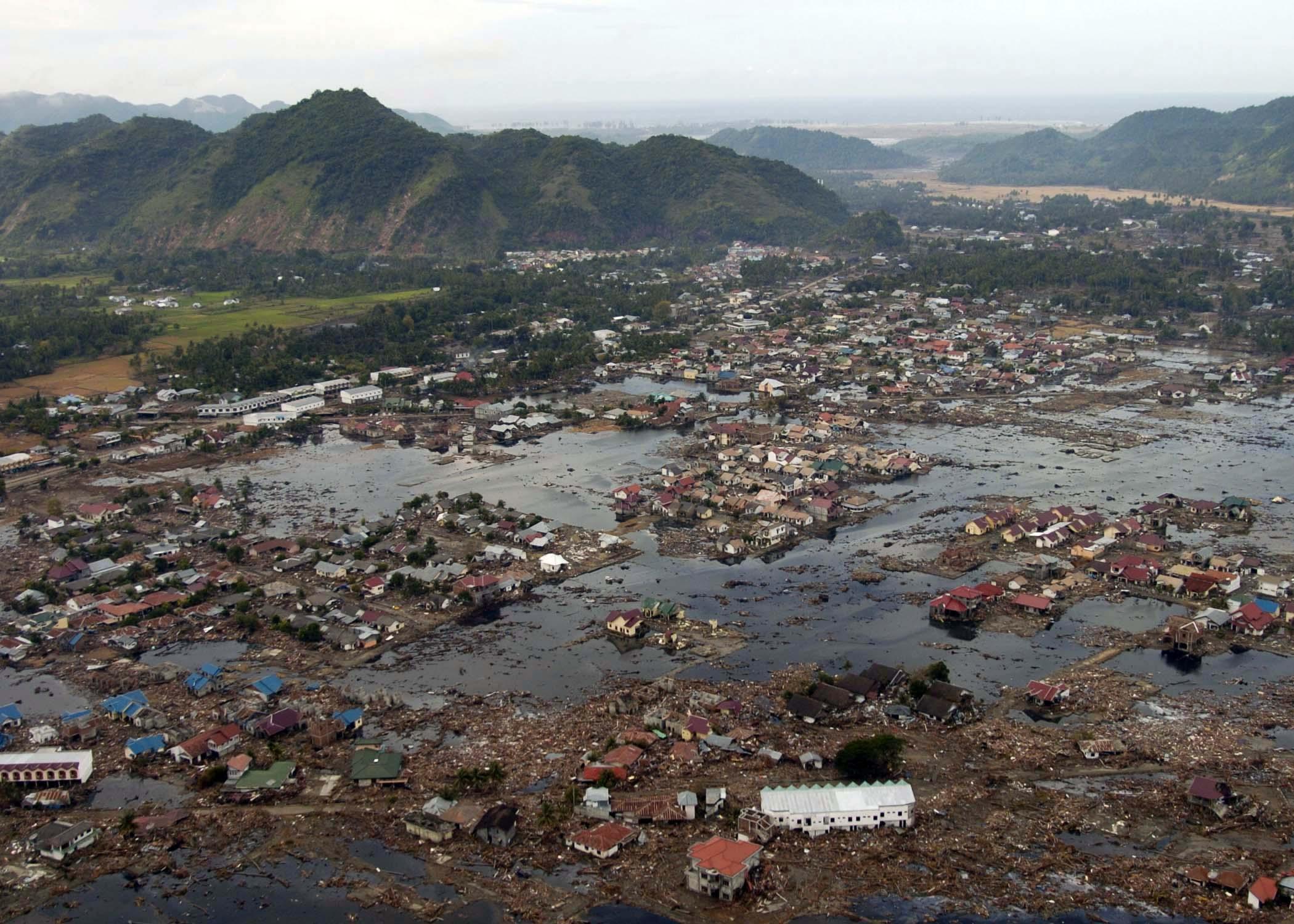 Деревня в руинах недалеко от побережья Суматры после цунами, вызванному подводным землетрясением в Индийском океане 26 декабря 2004 года. В результате цунами погибло в общей сложности от 225 тысяч до 300 тысяч человек. U.S. Navy photo by Photographer's Mate 2nd Class Philip A. McDaniel. 02.01.2005