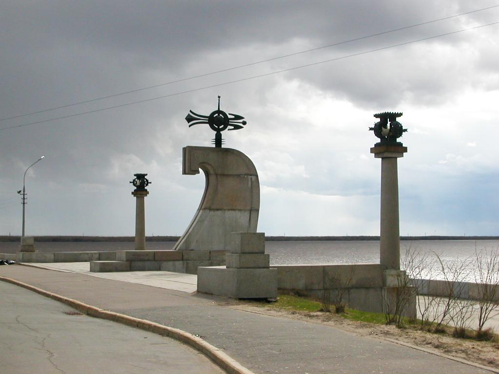 Памятный знак на мысе Пур-Наволок, сооруженный на месте основания Архангельска к 400-летию города. 2005.