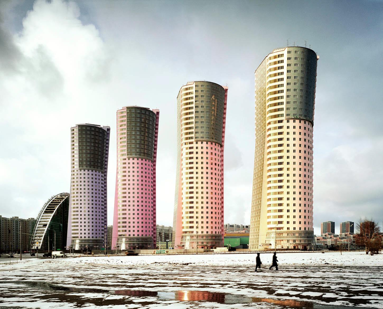 Жилой комплекс «Гранд Парк» на Ходынском поле в Москве, введен в эксплуатацию в 2007 году. В народе дома прозвали «зажигалками».