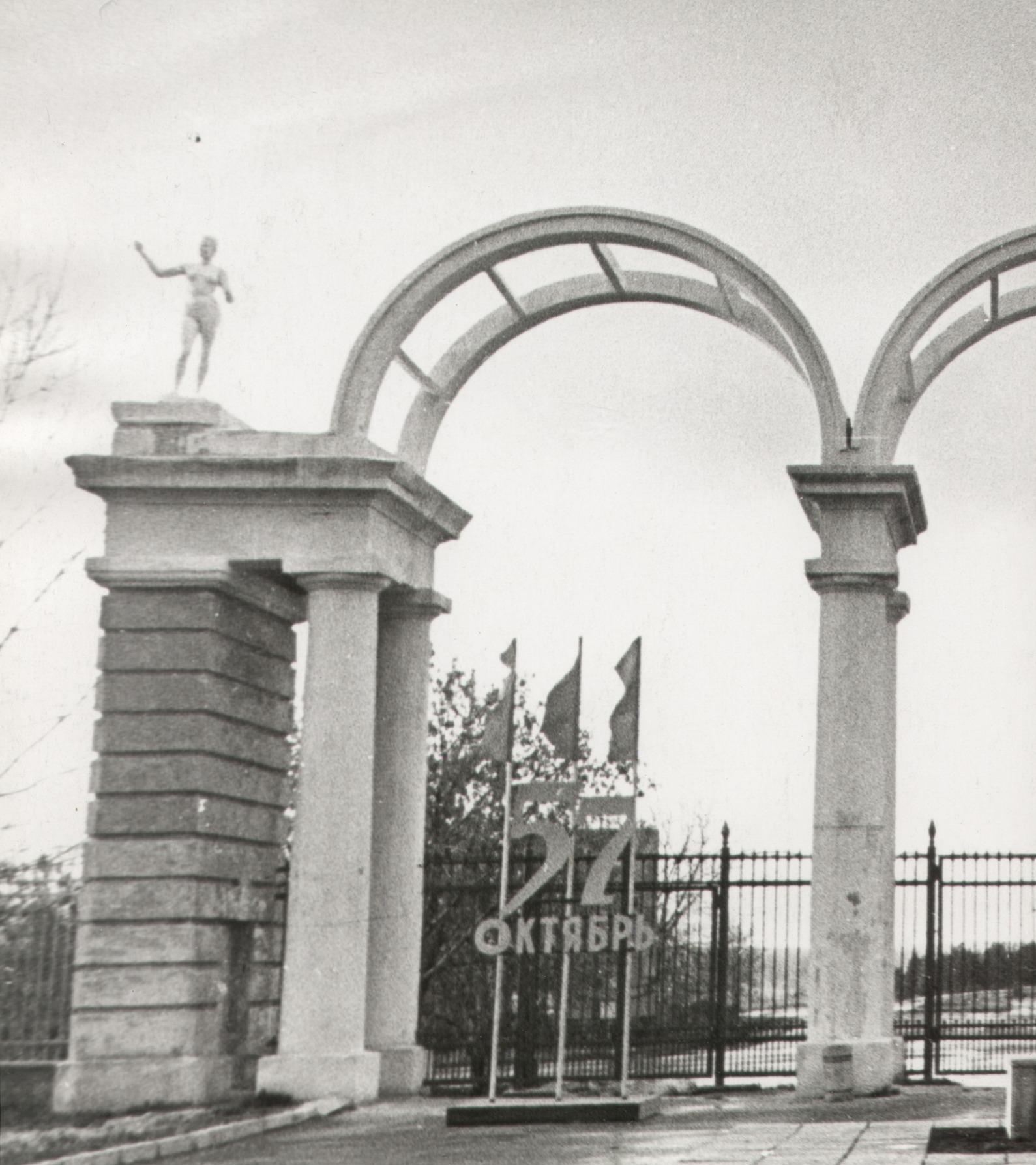 Эконом памятник Башня с профильной резкой Киров этапы установления памятника на могилу