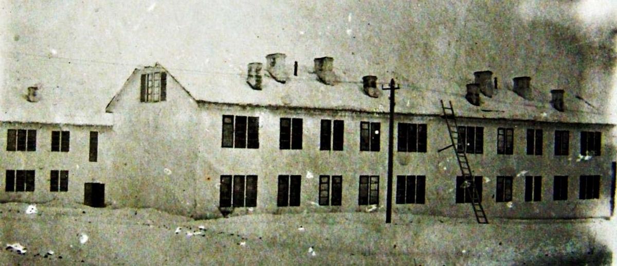 Каркасно-насыпные дома в СОЦГОРОДЕ. Такие здания были основной частью жилой застройки и более чем на 40 лет стали визитной карточкой Ключевого и Гольянского поселков. С 1931 по 1937 год было возведено 74 каркасно-насыпных жилых дома. Здания снесены в 1979—1985 гг. Арх. Л. А. Веснин. Фото 1935 г.