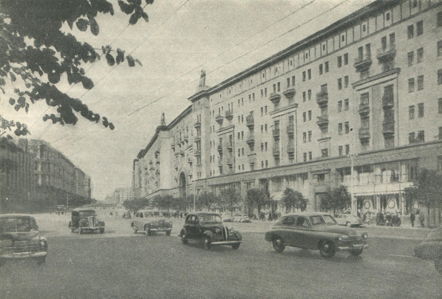 47cd37f92d48 Среди них выделяется своими бесспорными достоинствами, благородной  простотой линий и форм жилой дом (корпус «Е») на Советской площади.