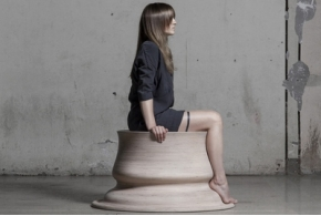 Скульптурные сиденья Марии Пуйпайте, повторяющие контуры её ног
