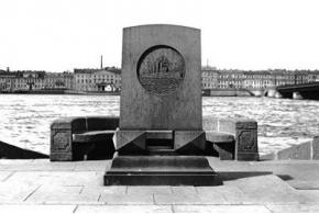 Гегелло А. И. Мемориальная доска-стела крейсера «Аврора»