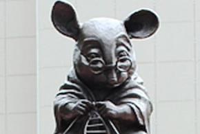 Памятник лабораторной мыши появился в новосибирском Академгородке