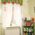 Интерьер ванной комнаты, тюль декорирован объёмными цветами.