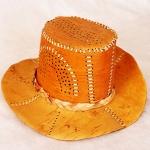 Шляпа изготовлена из бересты.