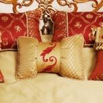 Декоратиные подушки для спальной комнаты в классическом стиле.