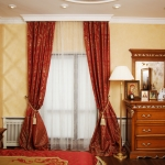Текстильное оформление спальной комнаты в классическом стиле.