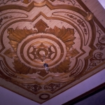 Потолок с резными вставками