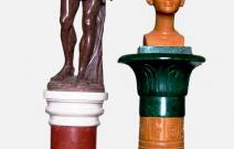 Интерьерные скульптуры на колоннах: Персей и Нефертити.
