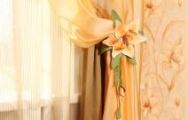 Объёмные подхваты в виде цветов выполнены с использованием аппликации и вышивки.