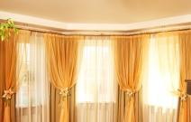 14.Прикладные подхваты в виде цветов выполнены с использованием аппликации и вышивки.