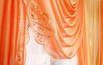 Оформление гостиной в классическом стиле, ламбрекен декорирован вышивкой. Фрагмент.