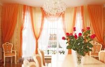 Оформление гостиной в классическом стиле, ламбрекен декорирован вышивкой.