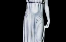 Парковая скульптура девы с кувшином.