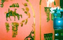 Деревянный декор стены.