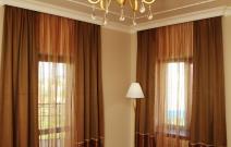Текстильное оформление комнаты мальчика в классическом стиле.