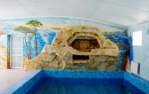 Оформление стены в частном бассейне.