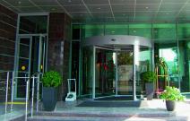 Гостиничный комплекс «RAMADA», Казань. Револьверная автоматическая дверь, интегрированная в стоечно-ригельный фасадный витраж системы Schuco.