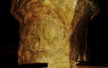 Каменная колонна с барельефом в кафе.